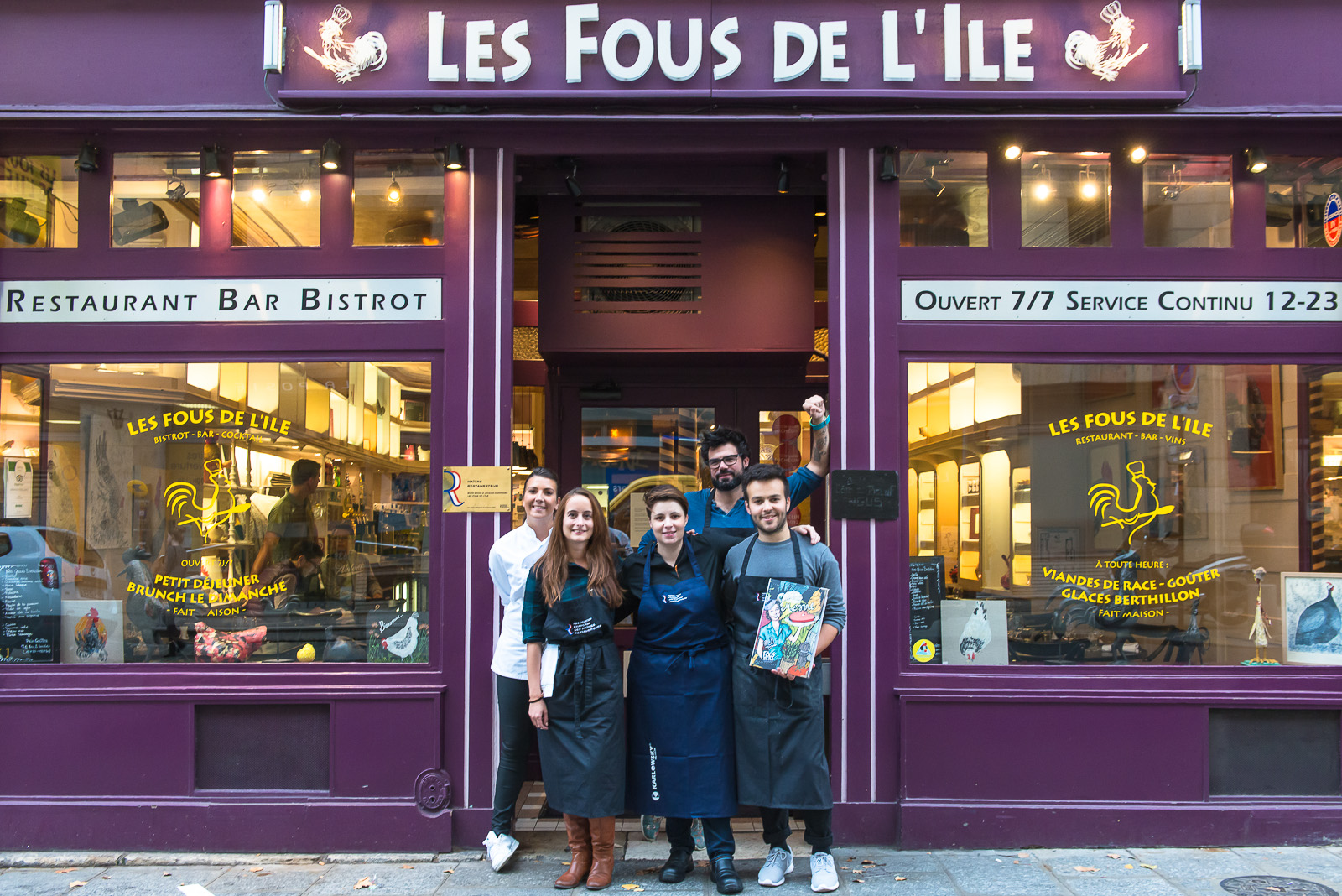 Blogueurs de l'entrée devant le restaurant les Fous de l'Ile